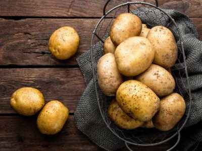 What is the calorie content of potatoes per 100 grams