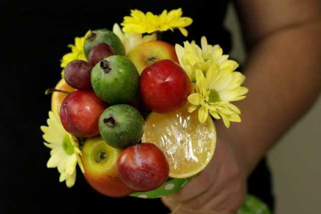 Un ramo de frutas con sus propias manos: un regalo original para las vacaciones.