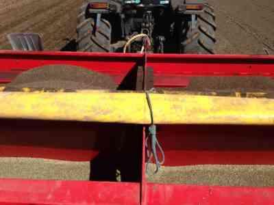 ジャガイモを栽培するための歩行型トラクターの使用