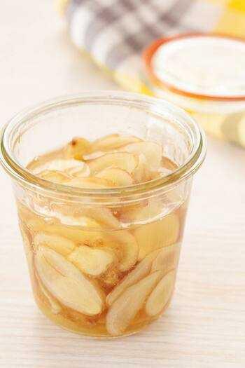 蜂蜜入りの水:朝の空腹時に、減量のためにレモン、生姜を添えて